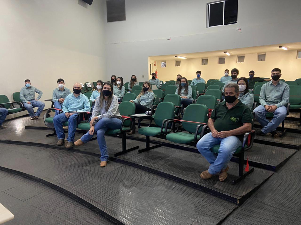 Estudantes do Grupo de estudos e Extensão Rural (GEER)